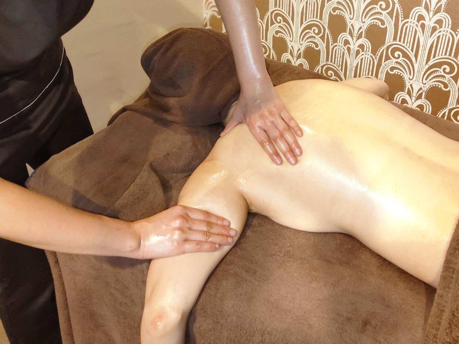 横浜のエステサロンAYAの肩・腕のリンパの施術