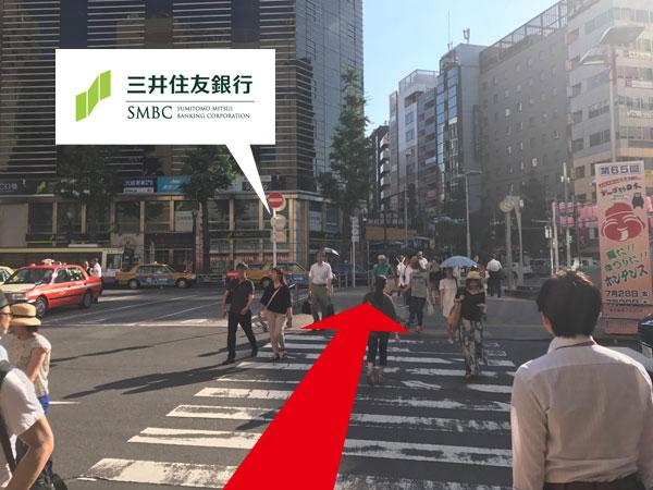 3.タクシー乗り場の左に見ながら横断歩道を渡る。