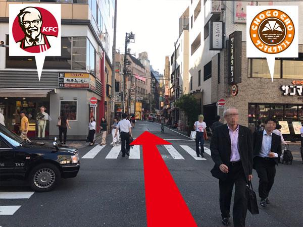 5.KFCとサンマルクカフェの間の通路をまっすぐ進む。